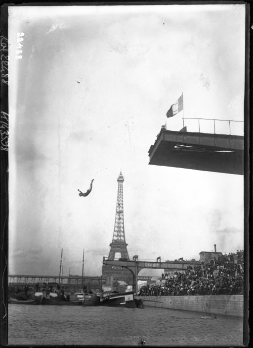 Entertainment - Photo - Person diving off platform into Seine