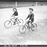 Portrait  - Photo - French children on bicycles - Photo