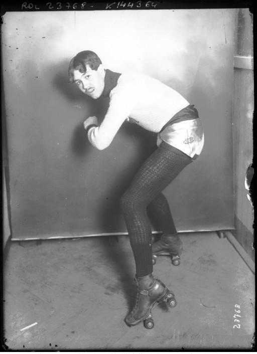 Portrait - Photo - Rollerskater in silver hotpants - French - Photo