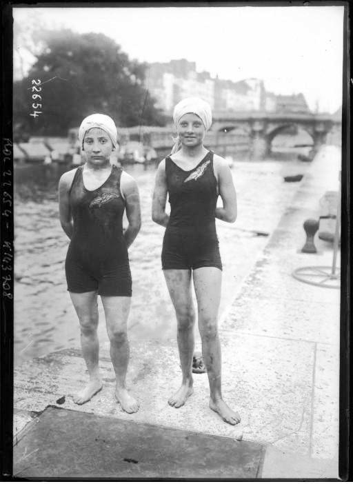 Portrait - Photo - Swimmers by the Seine - French Photo
