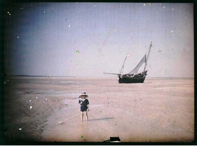 Portrait - Photo - Young child at beach 1